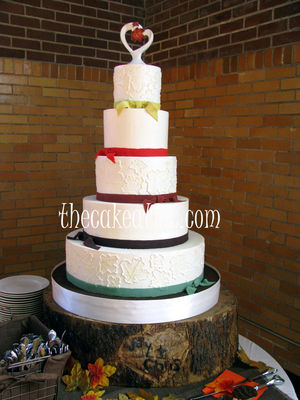Medium_piped-maple-leaves-with-autumn-color-sugar-ribbons-wedding-cake--copy-rswm