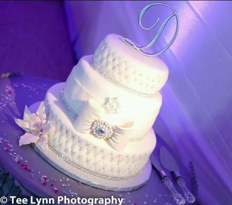 Medium_silverwhite-wedding-cake-d