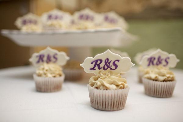 Medium_monogram-cupcakes-closeup