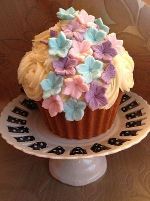 Medium_giant-cupcake