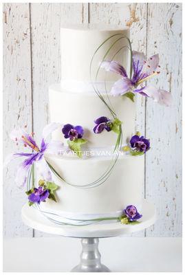 Medium_taartjes-van-an-nunspeet-bruidstaart-suikerbloemen-orchidee-lelie