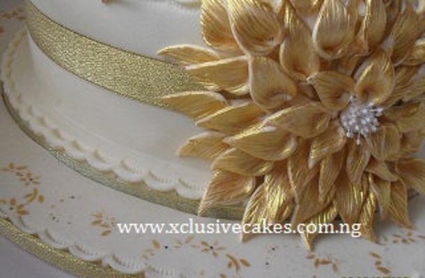 Medium_c-b_day---golden--bouquet-cake